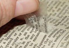 Mit einem Klebestreifen könnt ihr ganz leicht Wörter und Buchstaben von Papier...