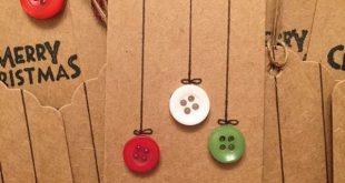 Weihnachtsgeschenkmarken gemacht vom braunen Papier und von den Knöpfen. … #braun #di